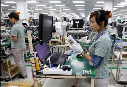The mostly female workforce stands for the entire work shift period. Photo credit: http://www.thanhniennews.com/business/vietnam-inherits-factories-from-manufacturers-fleeing-china-36771.html