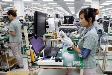 The mostly female workforce stands for the entire workshift period. Photo credit: http://www.thanhniennews.com/business/vietnam-inherits-factories-from-manufacturers-fleeing-china-36771.html