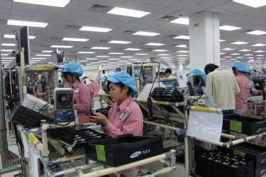 Mobile phone assembly at Samsung Vietnam.  Photo credit: http://samsungrumors.net/one-tells-samsung-town-vietnam/