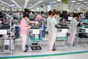 Mobile phone assembly at Samsung Electronics in Vietnam happens standing up. Photo credit: http://www.koreaherald.com/view.php?ud=20141111000954